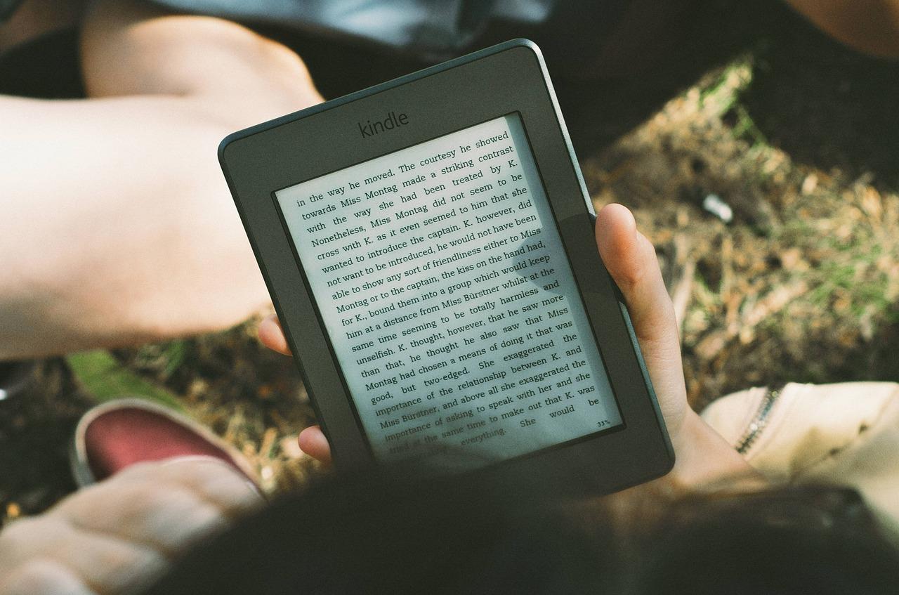 Lire un kindle à la lumière du jour est très agréable