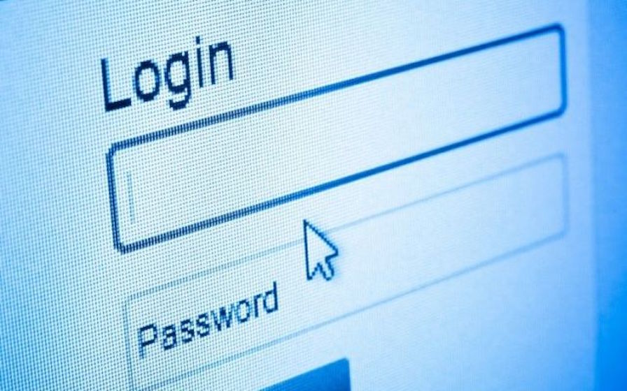 Photo d'une saisie de mot de passe sur un écran LCD